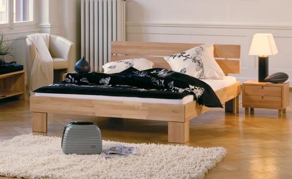 Massivholz Bett Buche Woodline mit Massa Füßen und Duo Kopfteil.